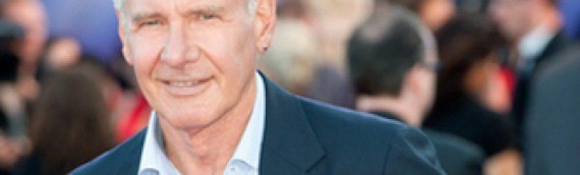 Harrison Ford (70) lleva un pendiente, y ¿qué más da?